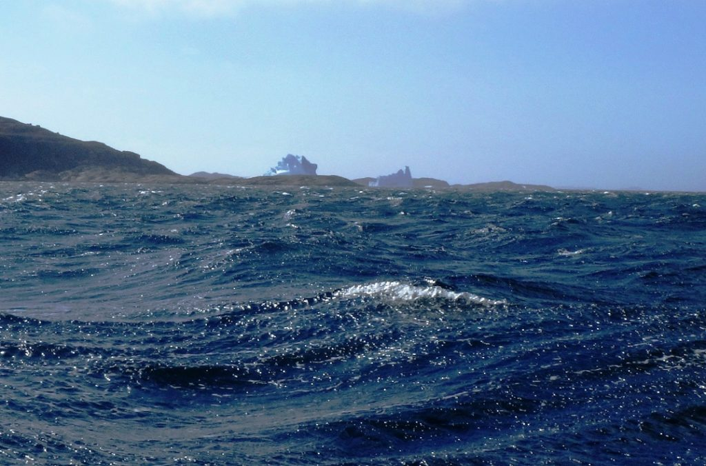 Dos grandes torres de hielo al fondo en medio de un vendaval de viento Fuerza 8