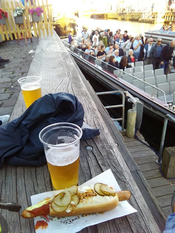 Me espera mi tradicional carslberg y un típico hot dog danés en la calle Nyhanv.