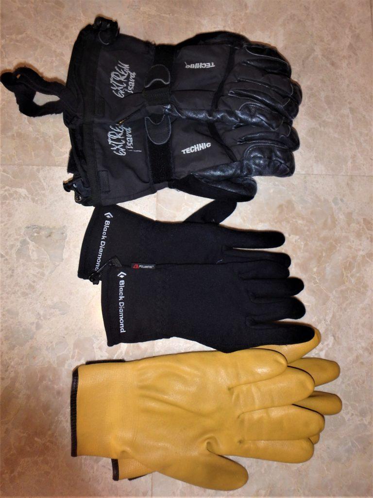 Guantes finos y gruesos, además de los guantes náuticos de goma, especiales para ambientes marinos.