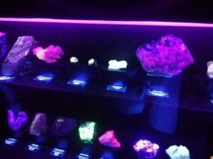 Minerales bajo la luz ultravioleta.